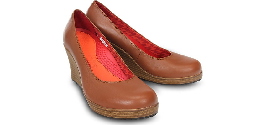 Crocs zapatos clássicos: A leigh closed toe wedge
